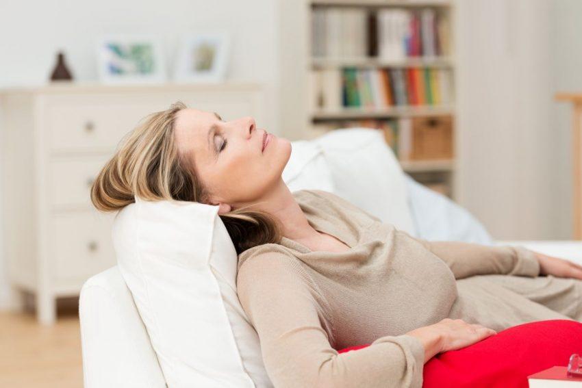 Kobieta zasnęła na kanapie