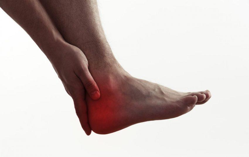 Noga z zaznaczonym na czerwono punktem pięty