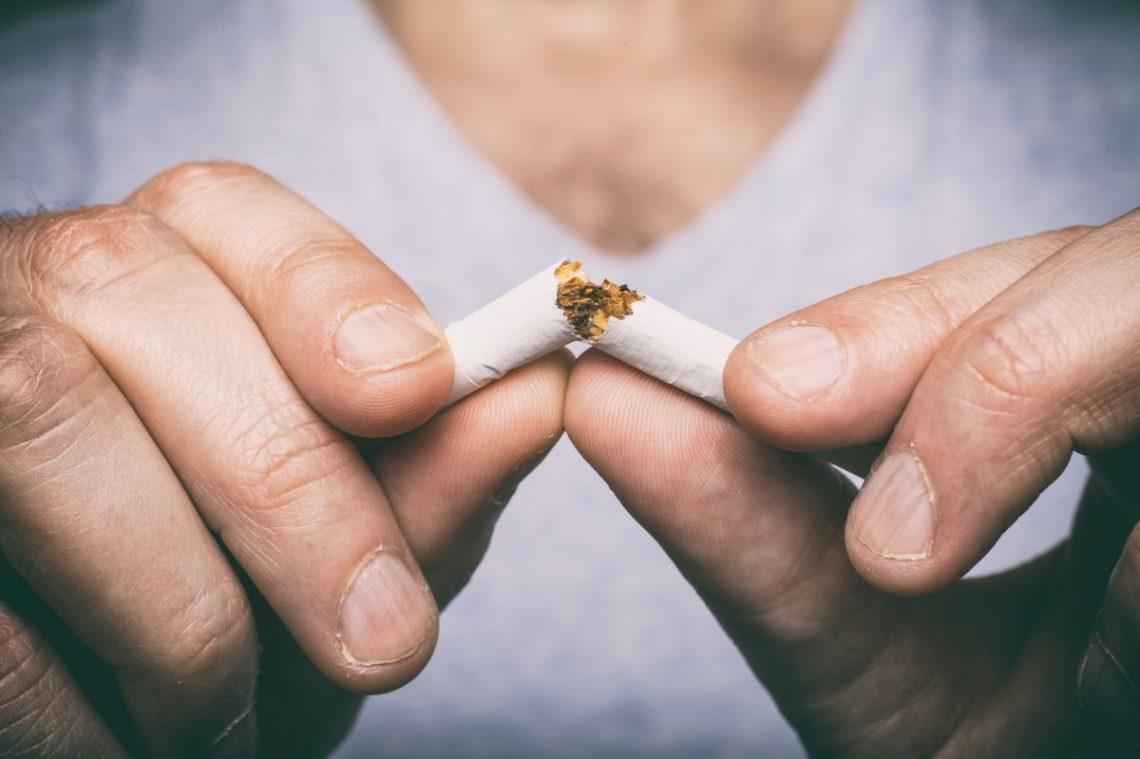 Mężczyzna przepaławia papieros