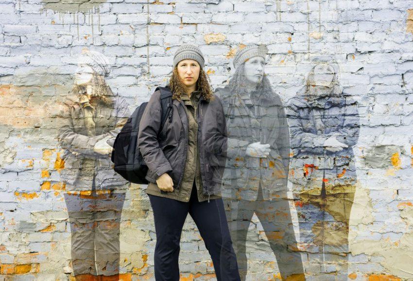 Kobieta na tle muru i jej kilka podobizn w formie cieni