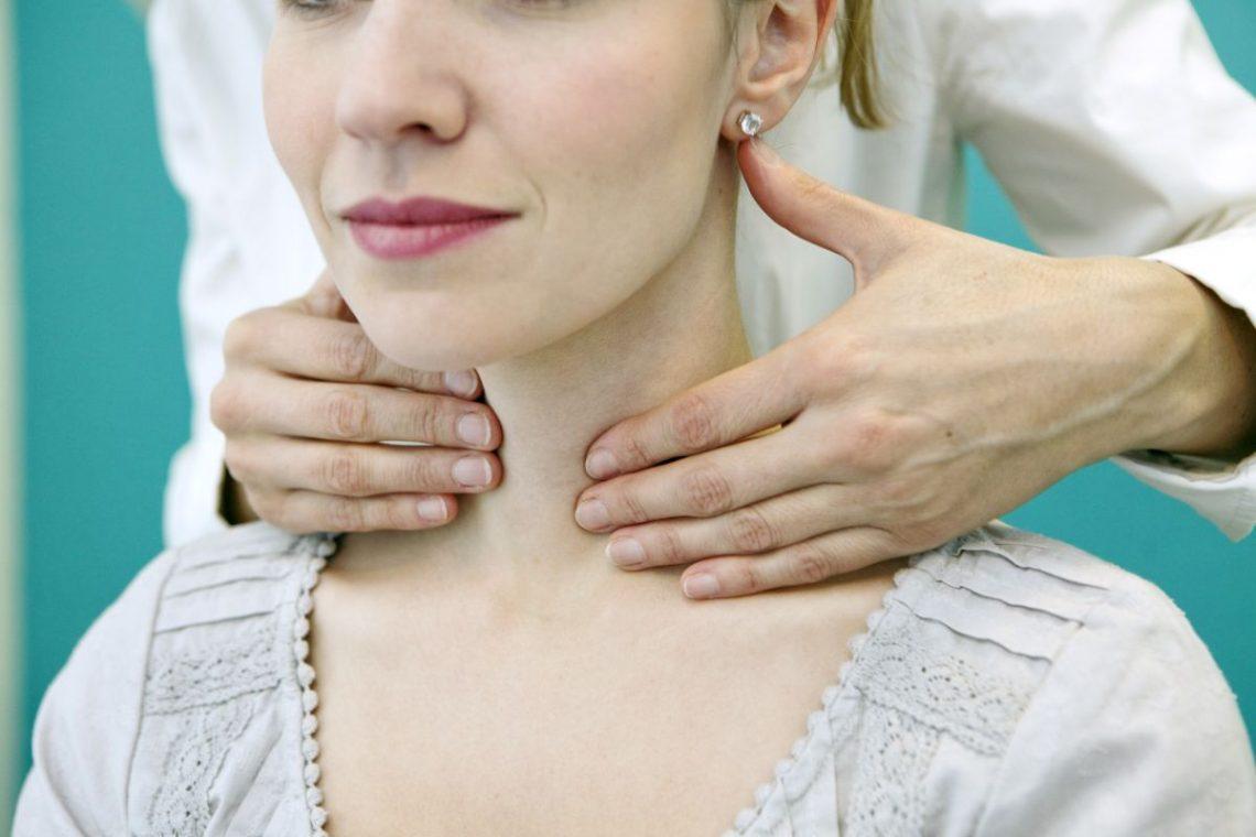 Lekarz trzyma kobietę z tyłu za szyję