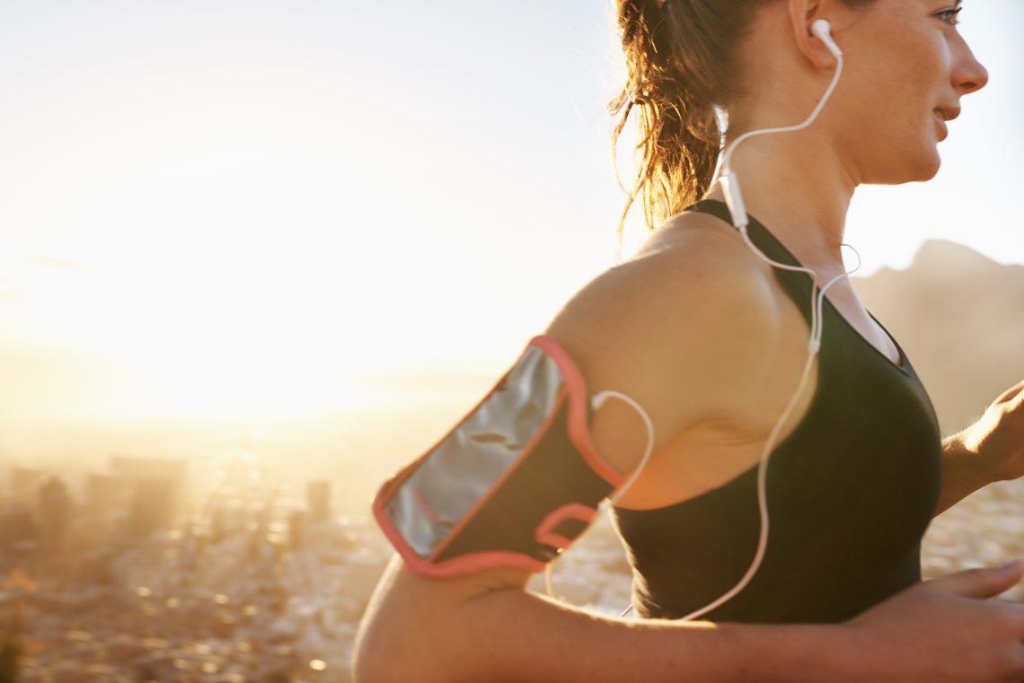 Dziewczyna biegnie i słucha muzyki
