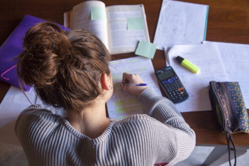Studentka robiąca notatki