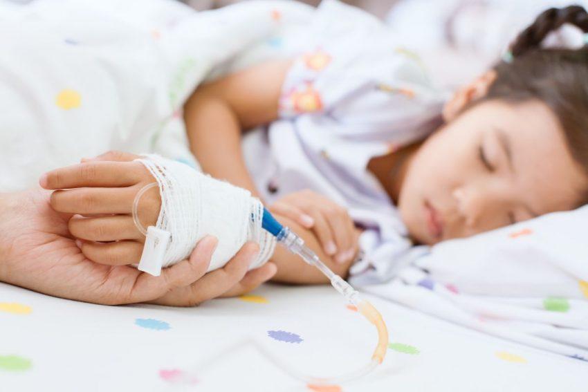 Dziecko leży w szpitalu podłączone do kroplówki