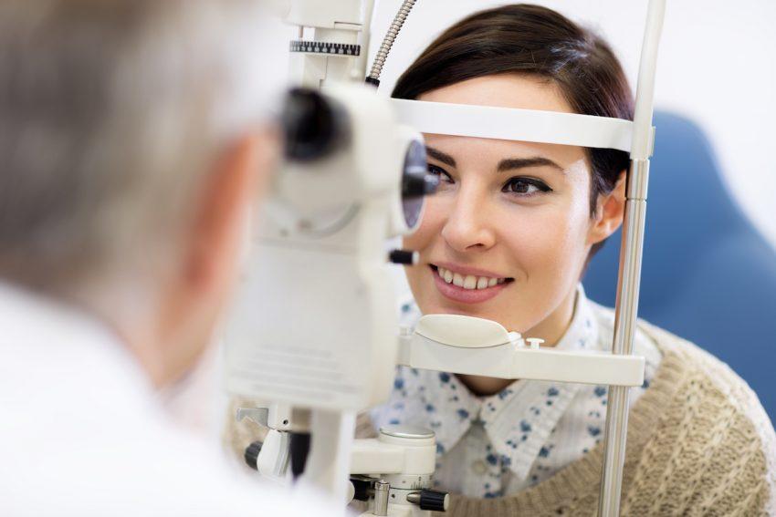 Kobieta z zaburzeniami widzenia podczas badania okulistycznego.