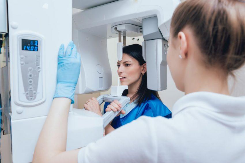 lekarz wykonuje kobiecie rentgen zębów