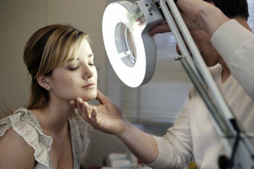 Kobieta z atopią podczas badania dermatologicznego.