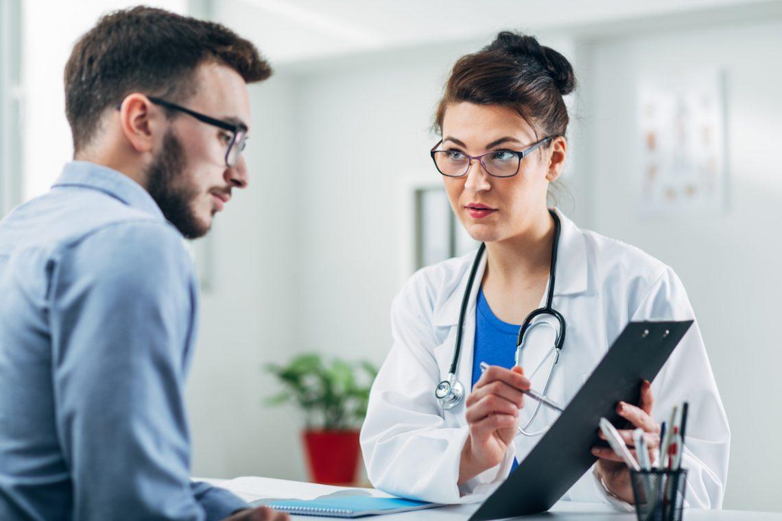 Mężczyzna z azoospermią podczas konsultacji lekarskiej.
