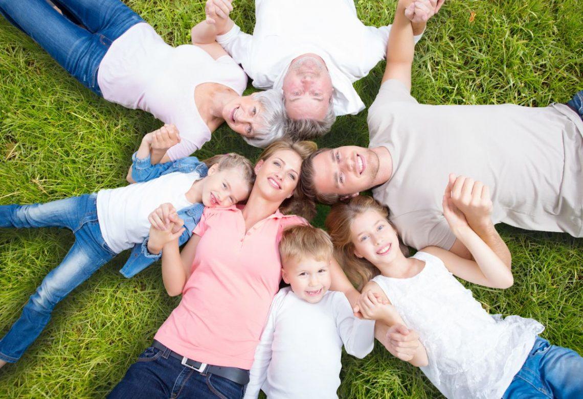 Zdrowa rodzina ułożona do siebie głowami