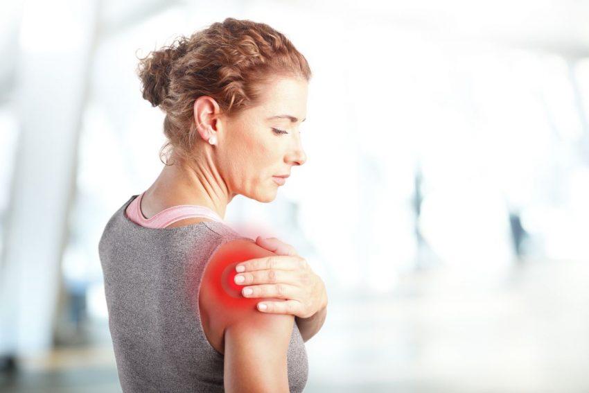 kobieta trzymająca się za bolący prawy bark