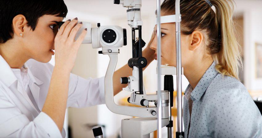 Kobieta z dalekowzrocznością podczas badania okulistycznego.