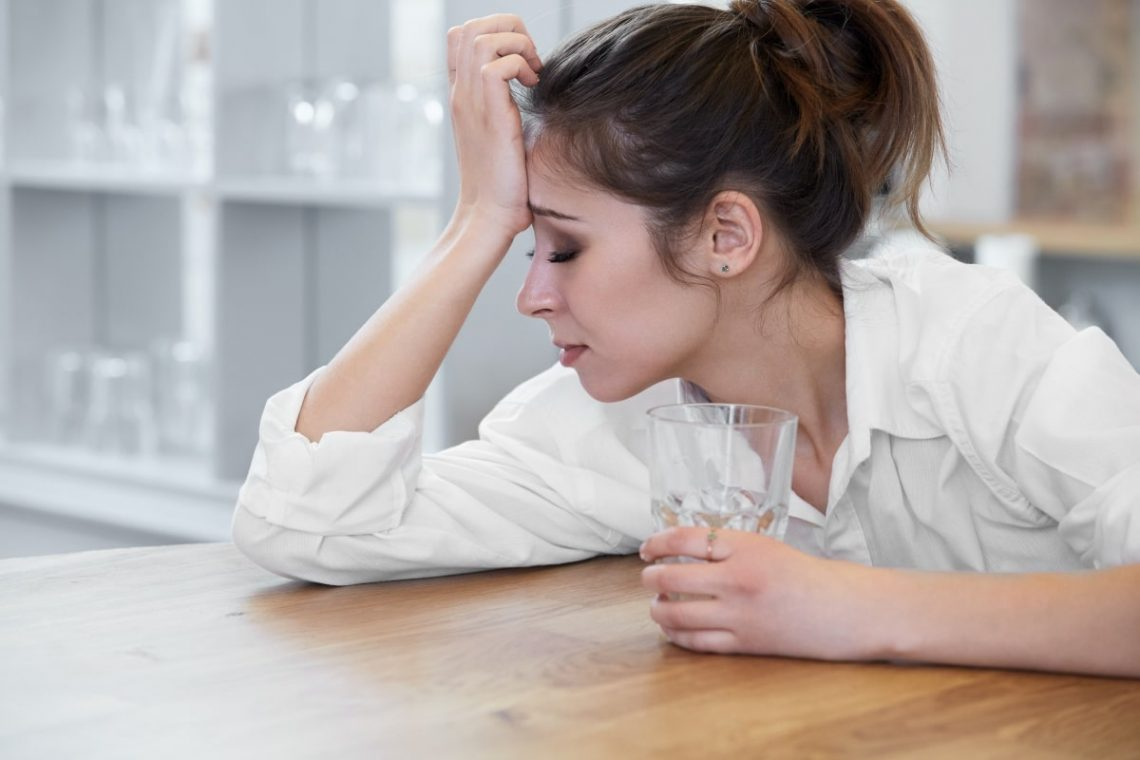 kobieta, którą boli głowa