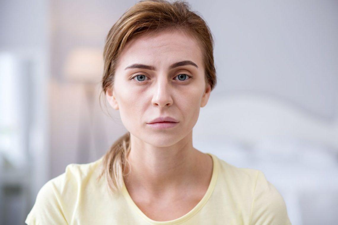 Chora kobieta w żółtej bluzce