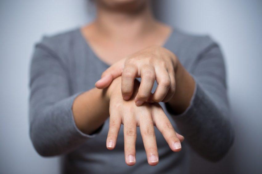 kobieta, drapiąca się po ręce