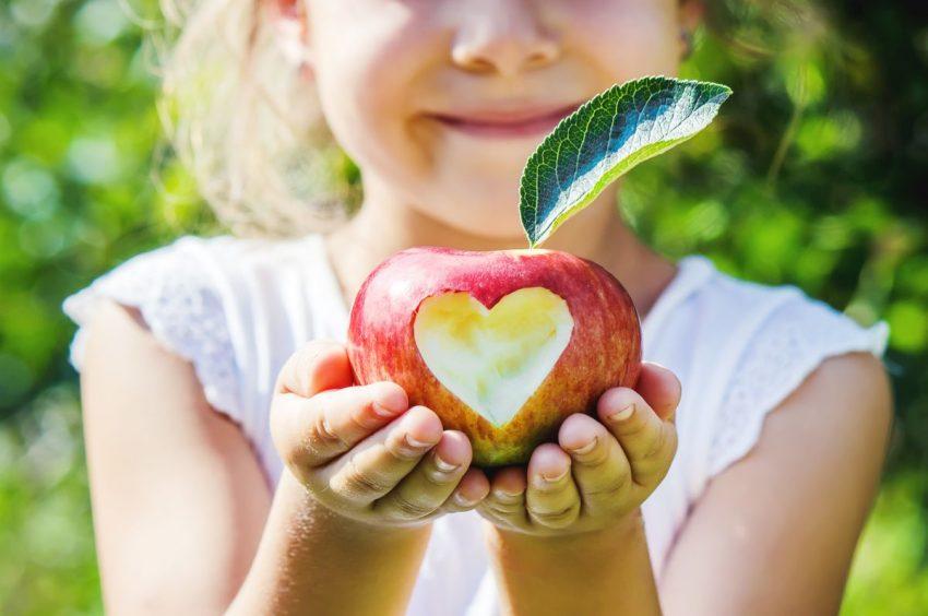 Anna Pilińska - HelloZdrowie | Marzec 2019 Anna Pilińska - HelloZdrowie | Marzec 2019 100% 10 Dziewczynka podaje jabłko z wykrojonym sercem Obsługa czytników ekranu włączona. Dziewczynka podaje jabłko z wykrojonym sercem