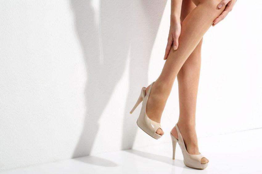 Kobietę w bardzo wysokich szpilkach bolą nogi
