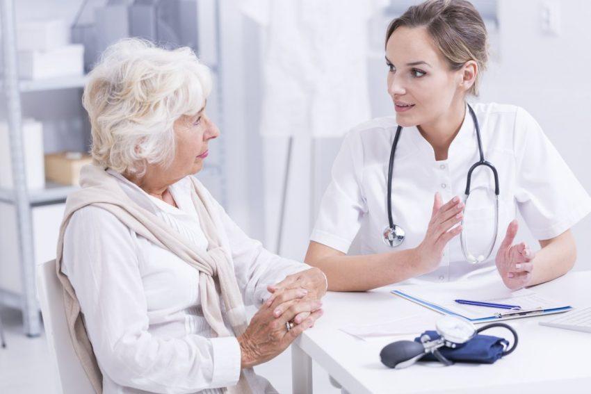 Lekarka tłumaczy coś starszej kobiecie