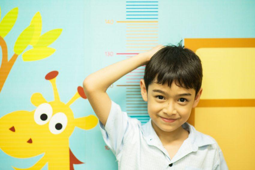 Chłopiec cierpiący na gigantyzm podczas pomiaru wzrostu.