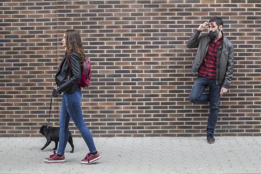 facet patrzy na tyłek kobiety