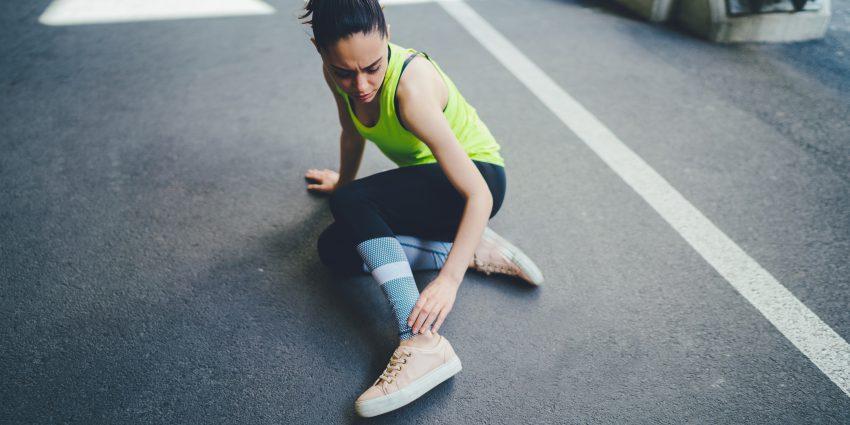 kobieta z bolącą nogą