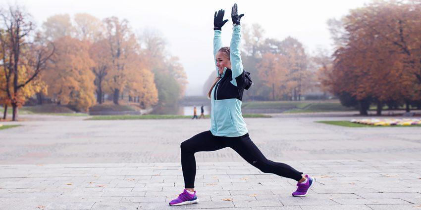 Kobieta ćwiczy na dworze
