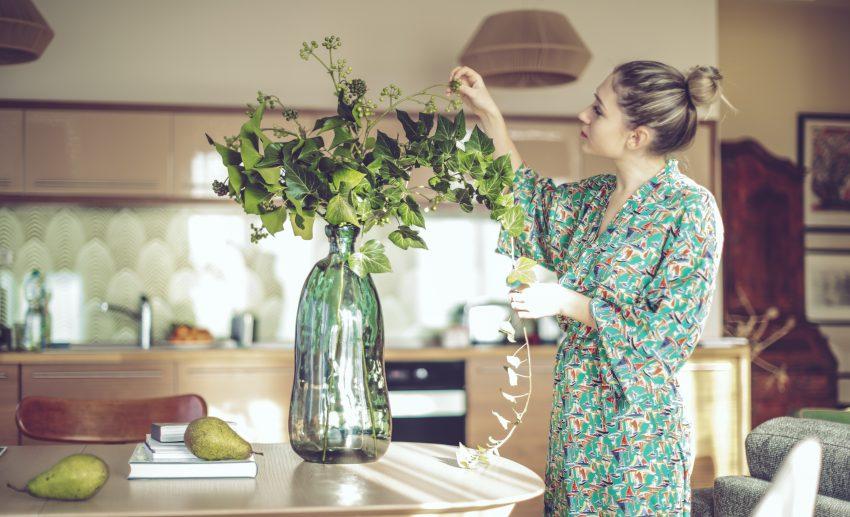 Kobieta układa bukiet kwiatów