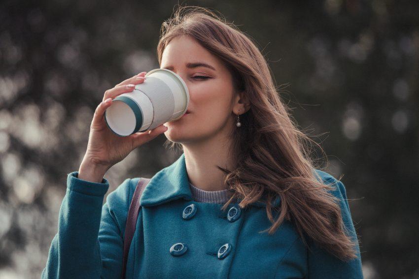 kobieta kawa na wynos