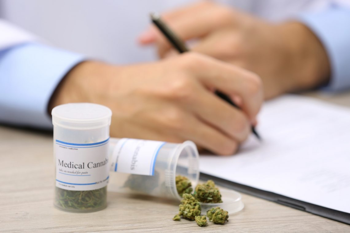 Lekarz wypisujący receptę na medyczną marihuanę.