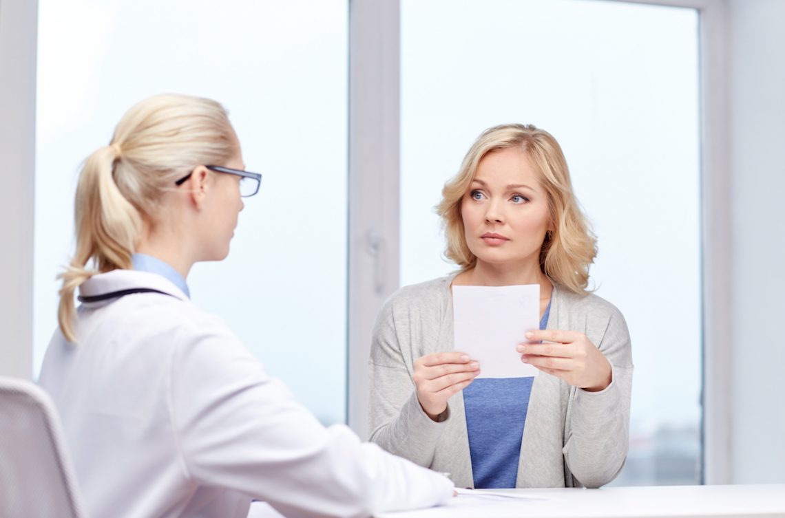 Kobieta chora na moczówkę prostą podczas wizyty u lekarza.