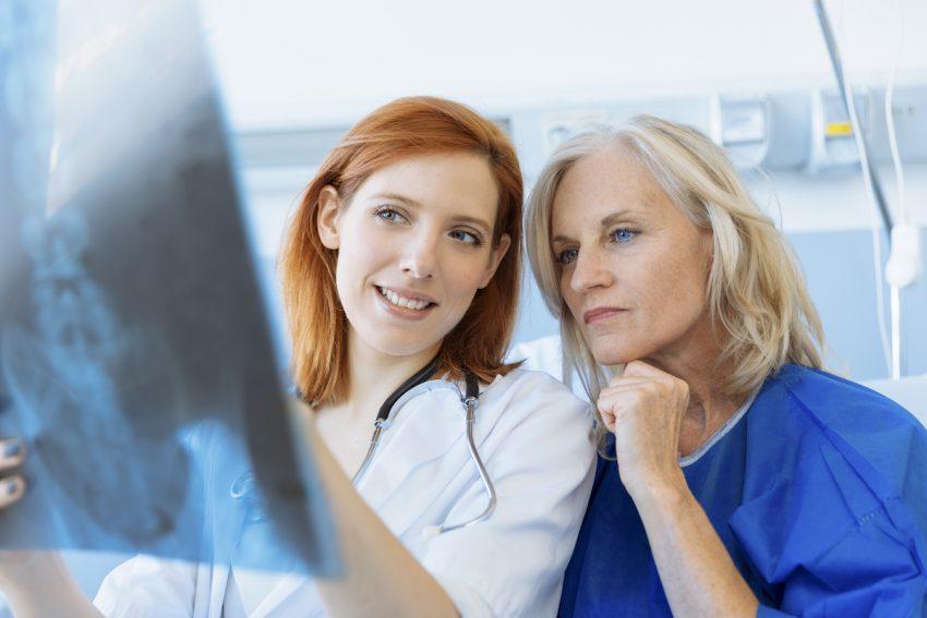 Nerwiak - Lekarka omawia z pacjentką wynik badania RTG.
