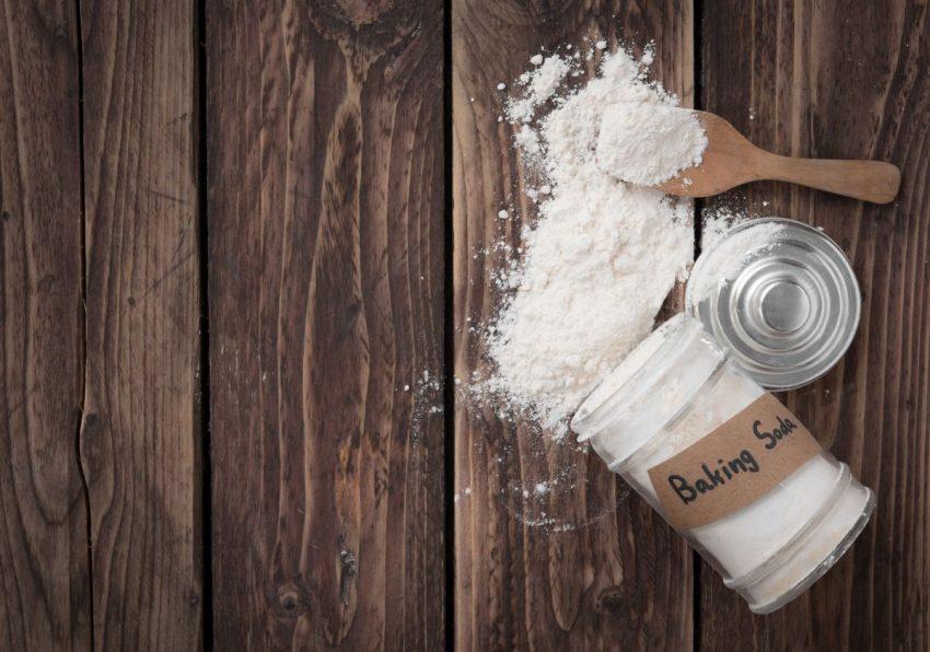 wysypana soda ze słoiczka na drewnianą powierzchnię