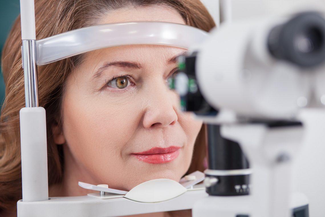 kobieta podczas badania u okulisty