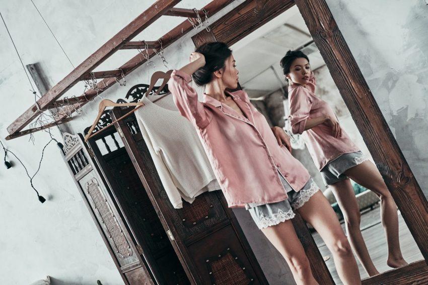 Dziewczyna przeglądająca się w lustrze
