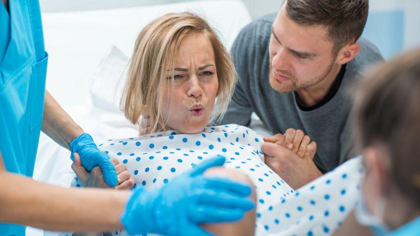 Kobieta podczas porodu naturalnego.