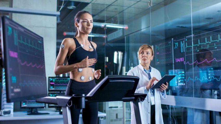 dwie kobiety w trakcie przeprowadzania próby wysiłkowej na bieżni