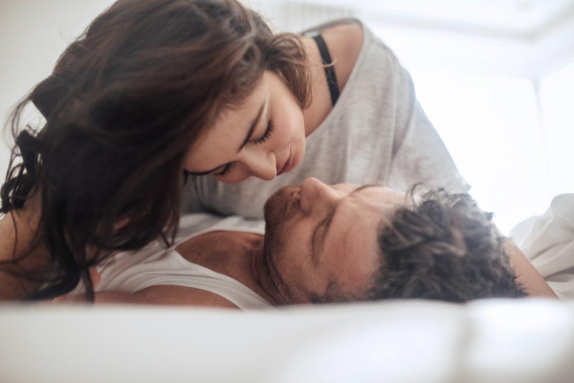 Promiskuityzm - Para kochanków leżąca w łóżku.