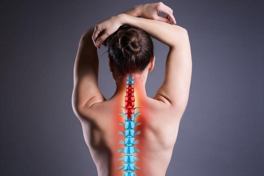 kobieta cierpiąca na ból zlokalizowany w okolicy karku
