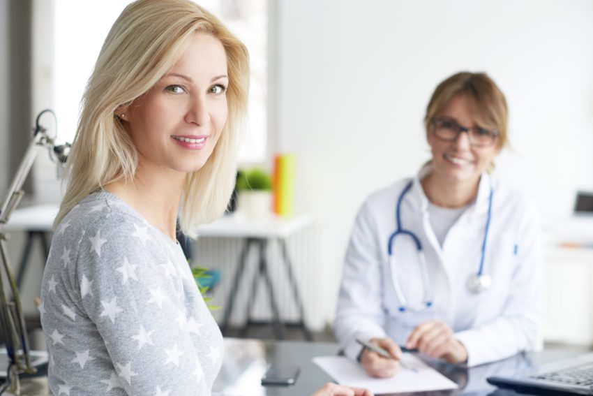 Kobieta ze sferocytozą podczas konsultacji lekarskiej.