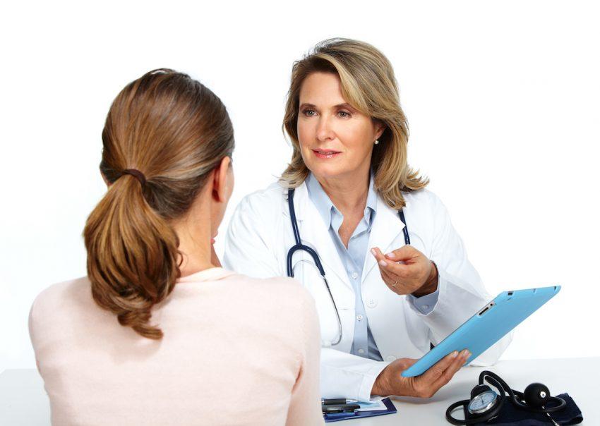 Kobieta z sinicą podczas konsultacji lekarskiej.