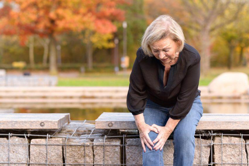 kobieta, którą boli kolano
