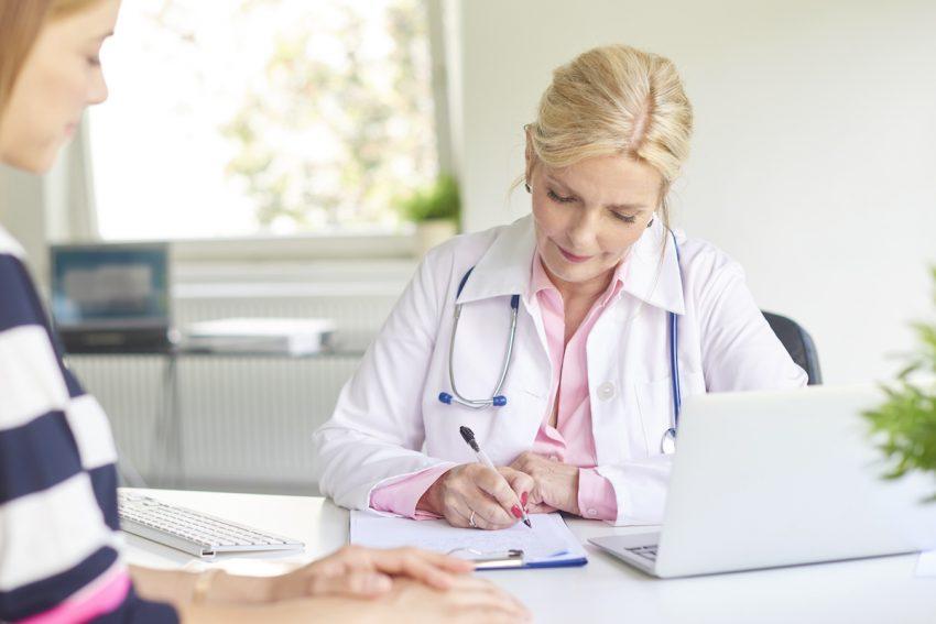 Splot słoneczny - Kobieta podczas konsultacji lekarskiej.