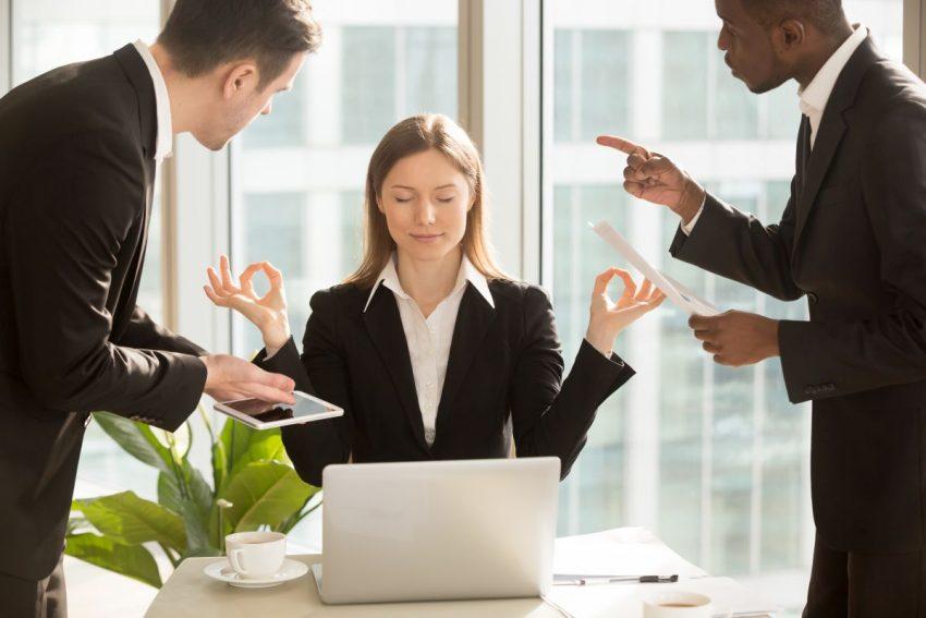 kobieta radząca sobie ze stresem w pracy w otoczeniu dwóch mężczyzn