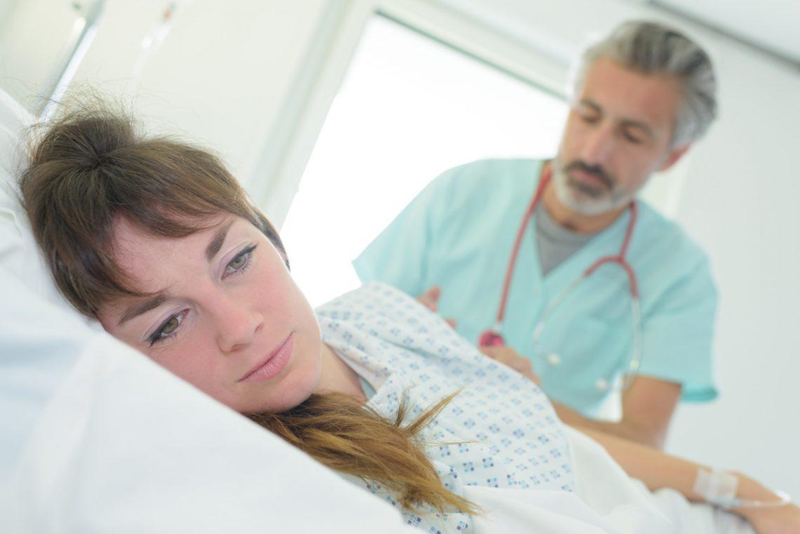 Kobieta z tetraplegią podczas badania lekarskiego.