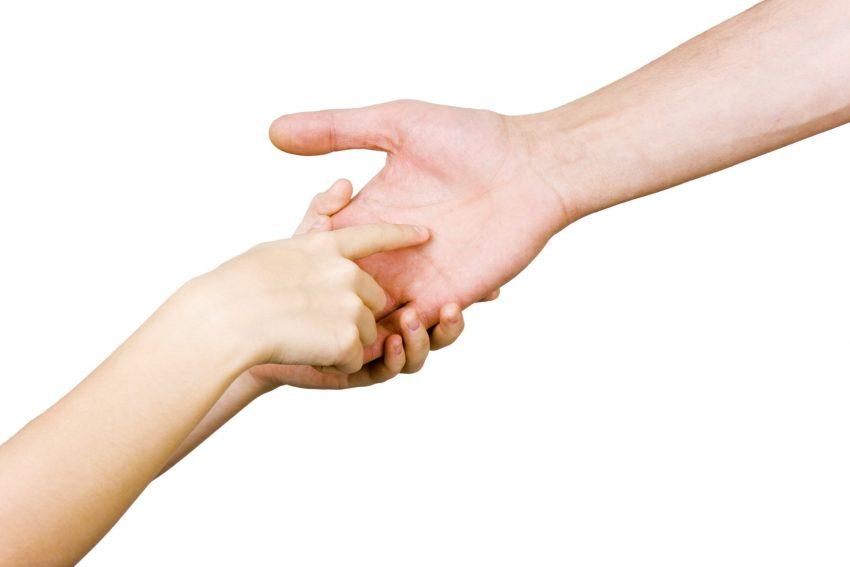 dziecko badające rękę dorosłego