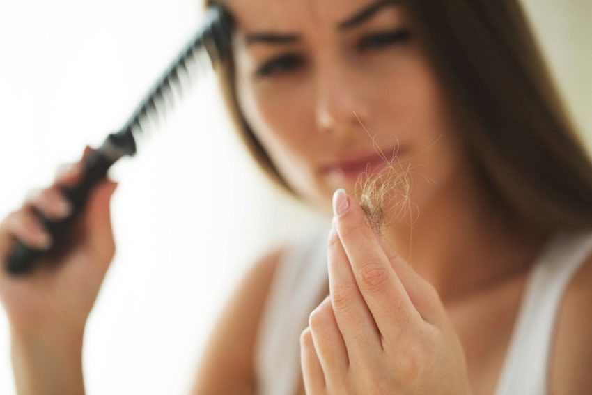 Kobieta wyczesuje znaczne ilości włosów