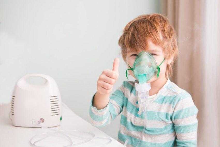 chłopiec podczas inhalacji