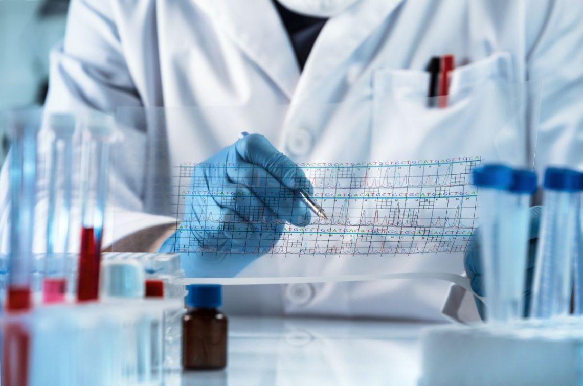 Lekarz przed probówkami sprawdza wynik