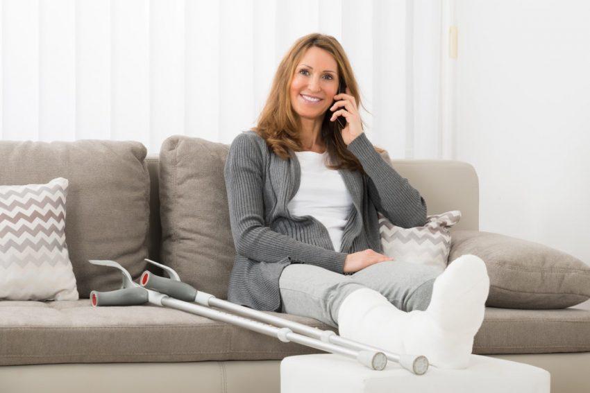 kobieta ze złamaną nogą