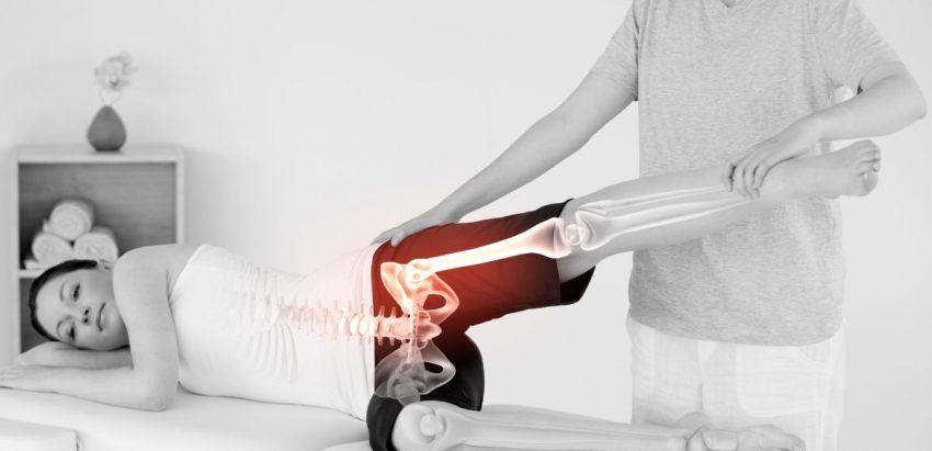 przekrój kości obręczy dolnej kobiety leżącej na łóżku rehabilitacyjnym