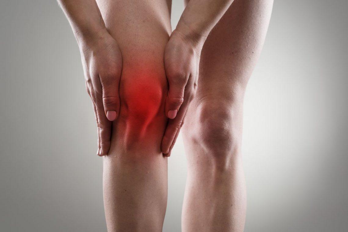 Osoba z bolącym kolanem wymagająca artroskopii kolana